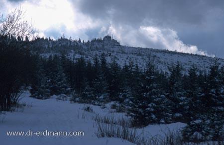 Schneewolken über einer Harzkuppe