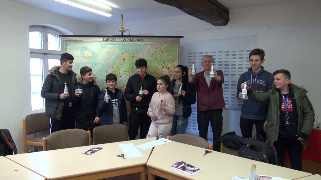 Als Gruppe präsentieren sie ihre Botschaften auf einem Gruppenfoto.