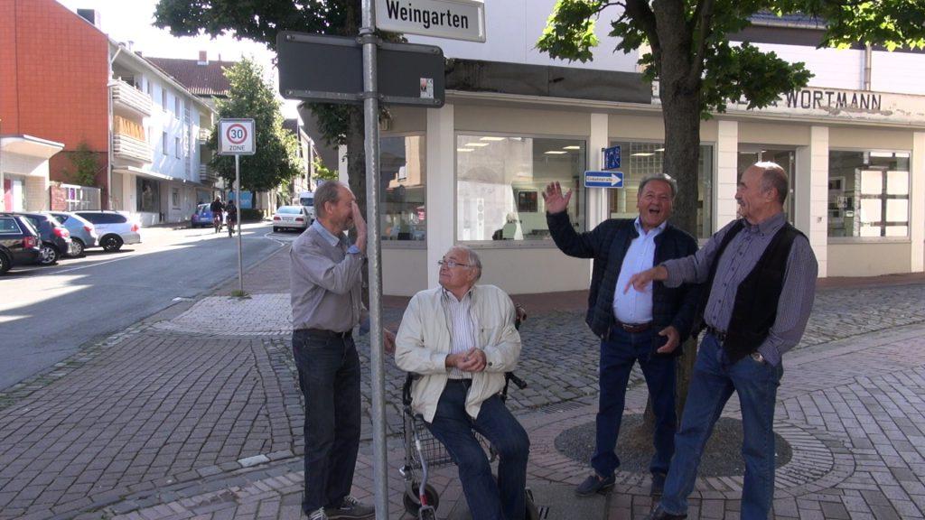 Die Männer zeigen die Plätze ihrer Kindheit.