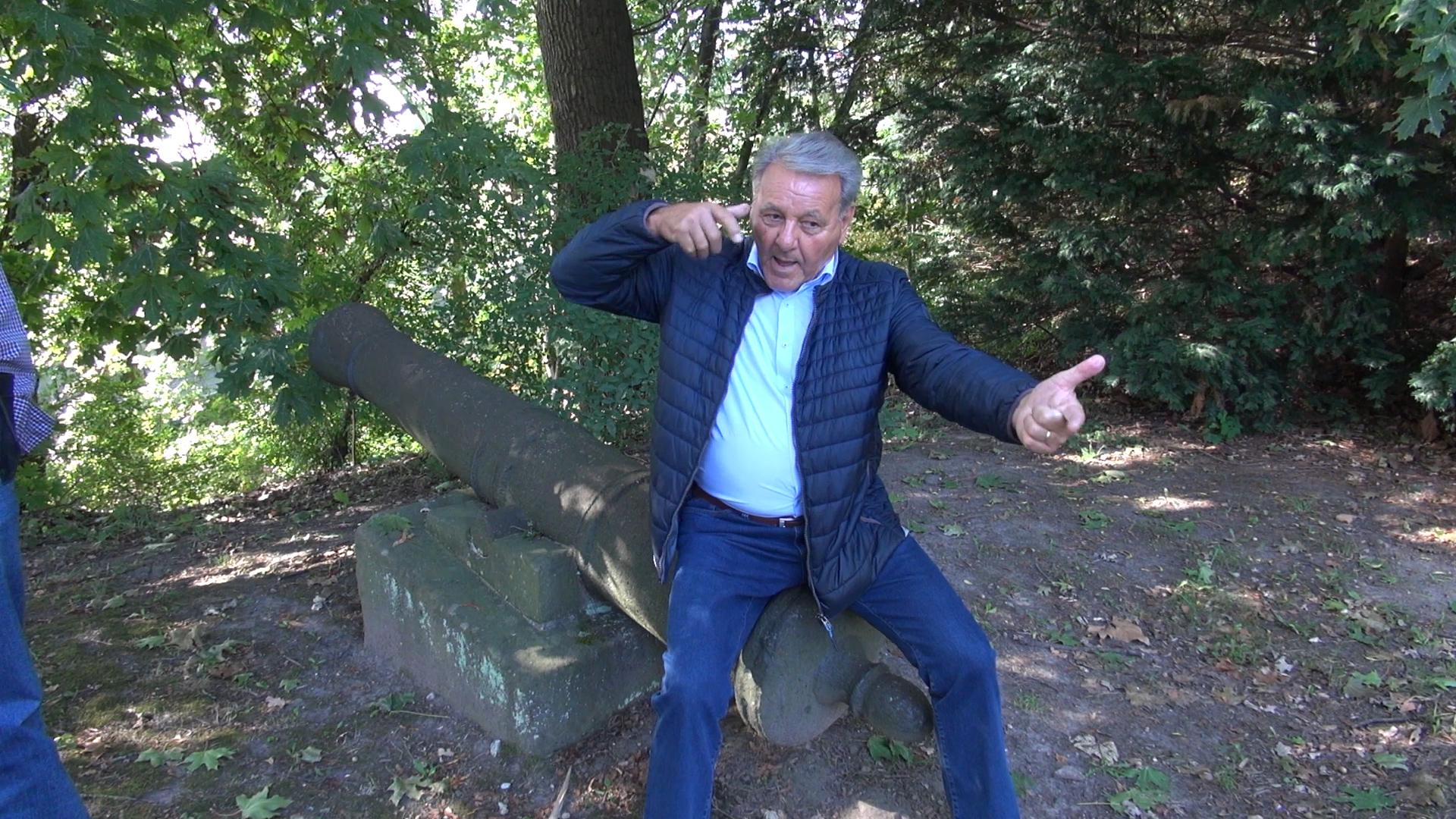 Günter demonstriert das Schießen mit Pfeil und Bogen