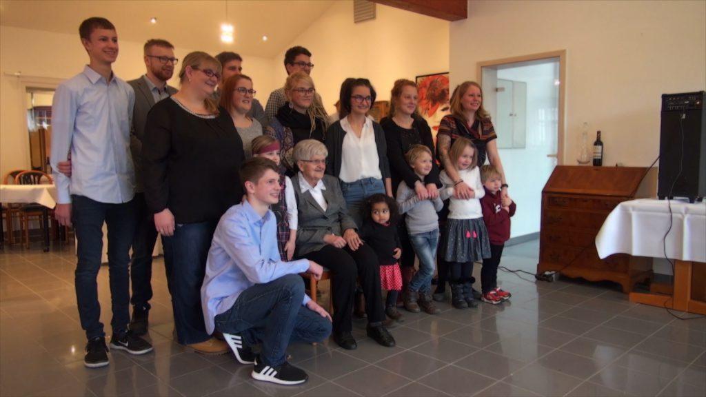 Gruppenfoto mit Oma, Enkeln und Urenkeln