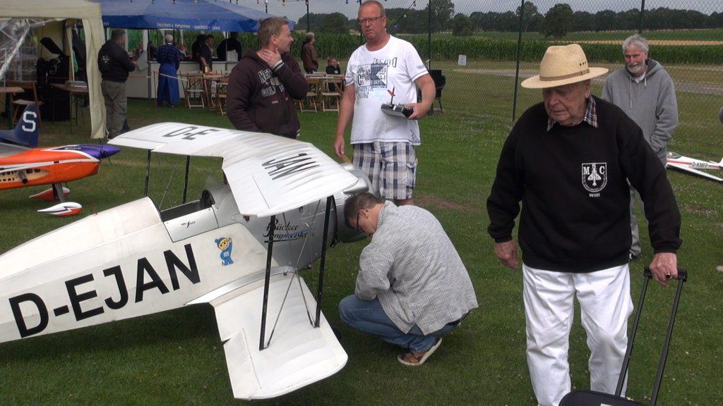 Der 99jährige Flugzeugkonstrukteur auf dem Modellflugplatz nahe Minden