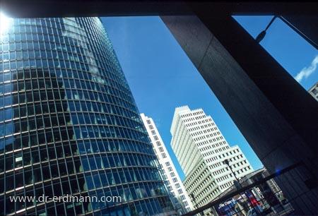 Der Potsdamer Platz. Ganz vorn links der Bahn-Tower