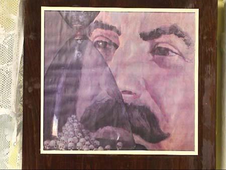 Stalin vor einer Sanduhr mit Totenschädeln