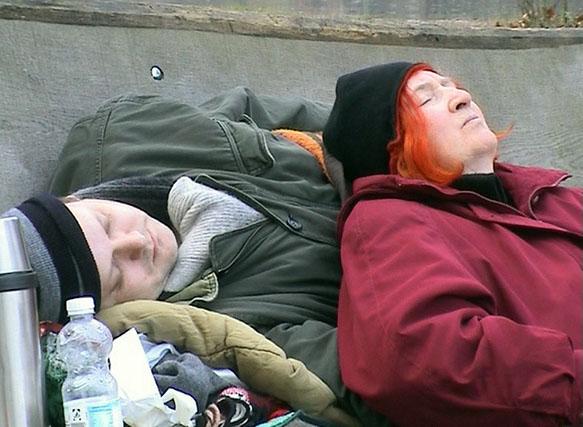 2 Obdachlose auf einer Parkbank