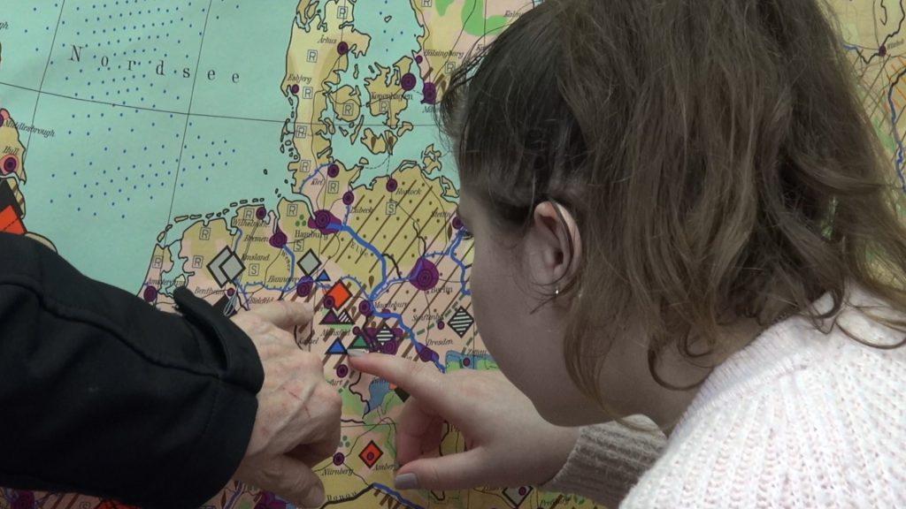 Auf der Landkarte zeigen sie ihre Fluchtroute